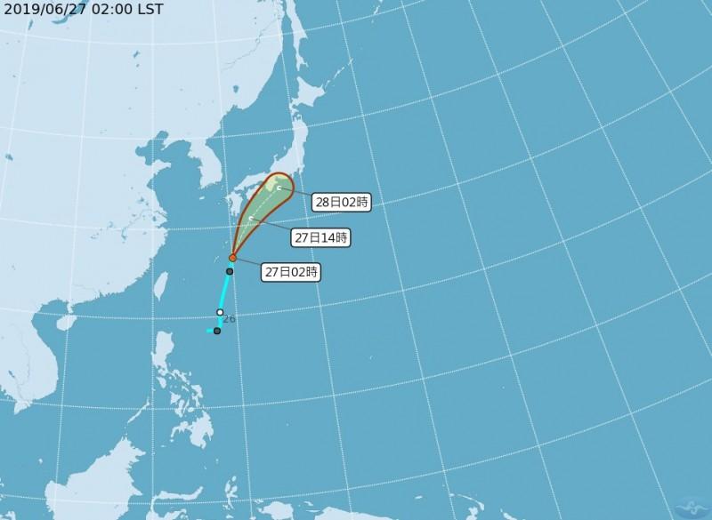 在琉球南方海面有編號第07號熱帶性低氣壓,27日2時中心距離台北東北東方約850公里的海面上,預測快速向北北東朝日本南方移動。(圖擷取自中央氣象局)