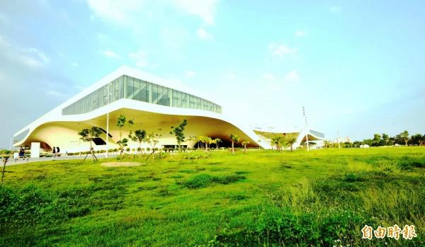 《衛報》稱讚高雄衛武營國家藝術文化中心,是「地表最強藝文中心」。(資料照)