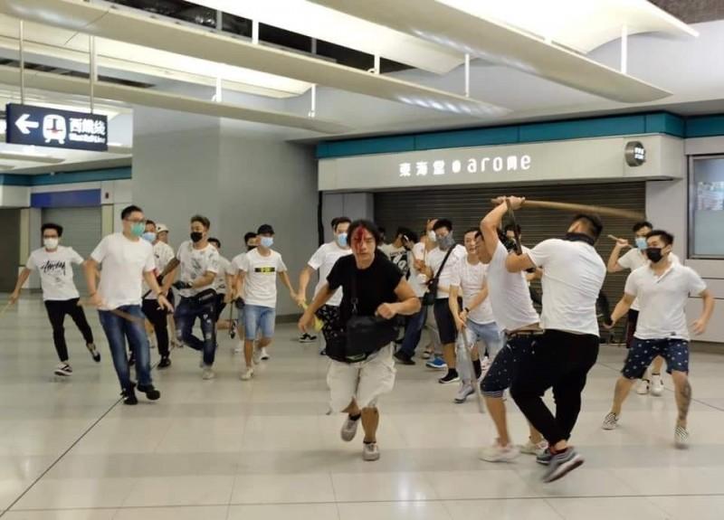 香港元朗爆白衣人毆打市民,致多人受傷。(圖擷取自《香港突發事故報料區》臉書)