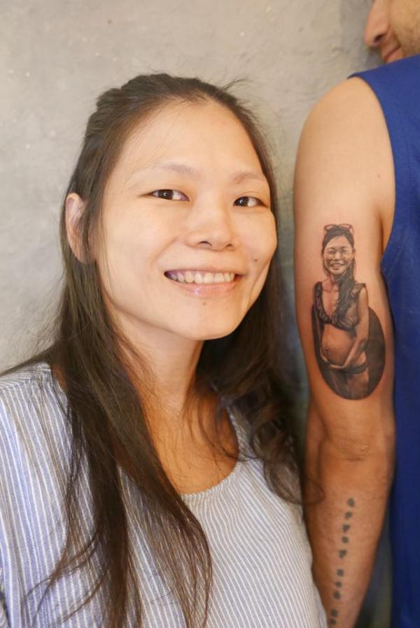 洋女婿把牽手刻在皮膚上 內心寫下「永遠愛」