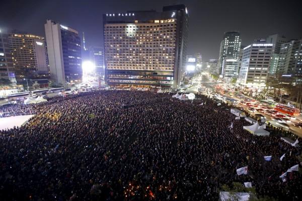 世越號船難一週年,數萬民眾走上首爾街頭抗議。(路透)