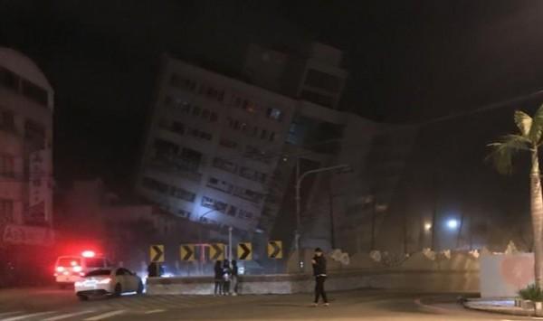 6日深夜大地震,花蓮市雲門翠堤大樓倒塌,火鍋店位在一樓,大樓樓上則是漂亮生活旅店。(照片取自「花蓮臉書社團543」)
