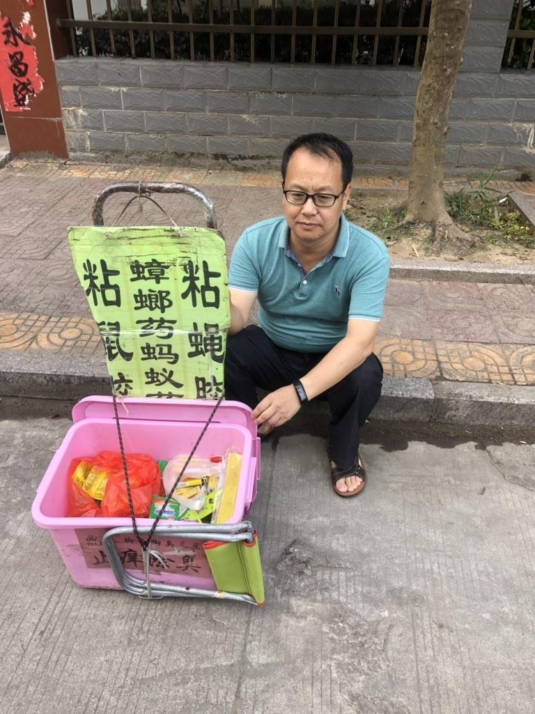 劉曉原本為著名刑事辯護律師,如今卻只能上街販賣殺蟲劑維生。(擷取自劉曉原推特)