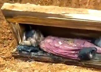 中國湖南安化有處建築工地,意外挖出一具明清時期的男性乾屍。(圖翻攝自YouTube影片)