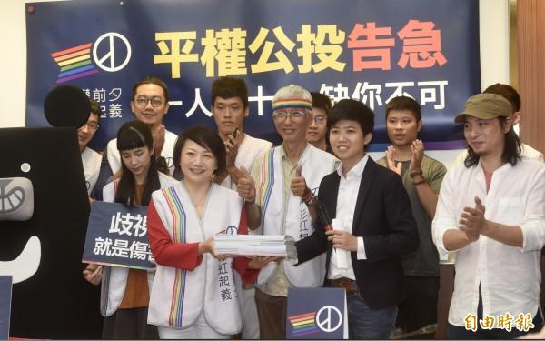苗博雅(前排右二)是平權公投發起人。(記者簡榮豐攝)