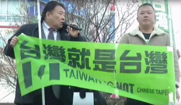 在澀谷車站前的廣場還舉行了「加油台灣!日台合作國民集會」,許多在日台灣人以及一些日本人都上台演講。(圖擷自Youtube)