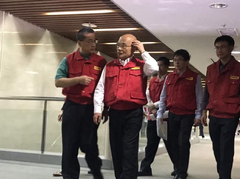 行政院長蘇貞昌(左二)前往中央災害應變中心視察。(記者陳薏云翻攝)