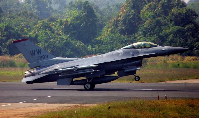 美國軍方15日發布新聞稿指出,國務院已批准可能對台軍售案,估計計畫費用為5億美元,內容包含目前在路克空軍基地的F-16戰機飛行員訓練計畫及維護及後勤維護支援。(路透)