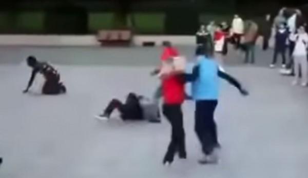 最近網路上1段影片中,竟有中國遊客在街上「1個打4個」,讓網友全都看傻眼。(圖擷取自YouTube)