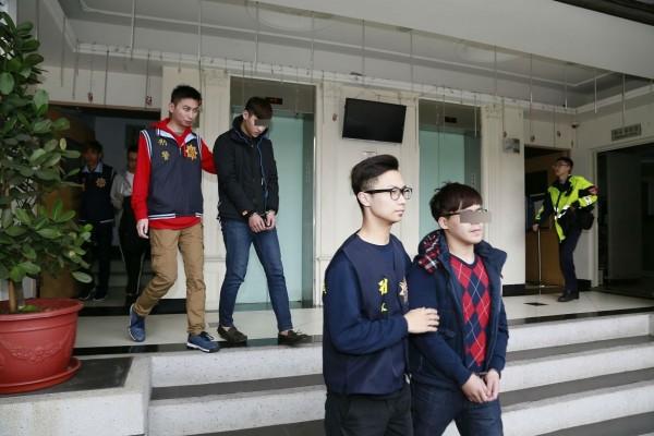 警方將馮澄宇(右一)等人移送。(記者余衡翻攝)