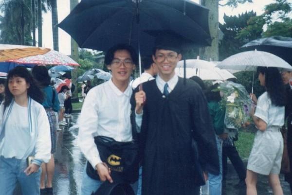 台北市議員高嘉瑜今日晚間在臉書專頁上PO出1張舊照,想讓大家猜猜照片中戴學士帽的男子是誰,沒想到網友馬上答出正確答案,就是桃園市長鄭文燦。(圖擷取自高嘉瑜臉書)