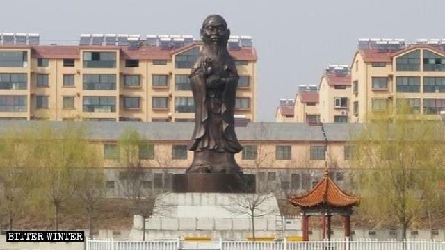 中國政府最近將「山東第一觀音」聖泉觀音整容成儒家孔子像,原本白色的觀音像現在已經面目全非,變成一座黑漆漆的孔子像。(圖擷取自《寒冬》雜誌)