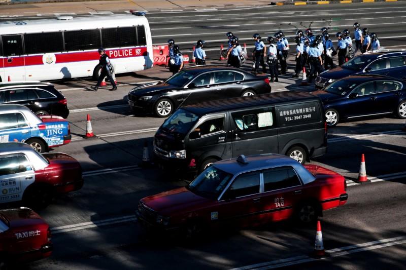 市區多條馬路出現人龍堵塞道路導致塞車,部分圓環路段有多部車輛慢速不斷兜圈,癱瘓交通。(路透)