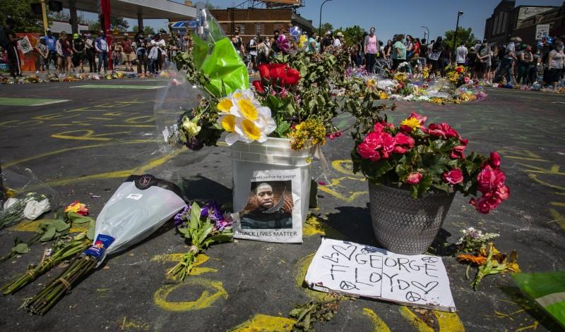 美國明尼蘇達州非裔男子佛洛伊德(George Floyd),遭白人警察以膝蓋壓頸致死,引爆全美示威。(美聯社)