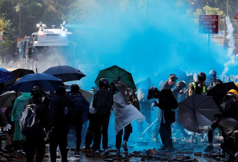 圖為去年11月17日,港警出動高壓藍色水砲車,朝示威者噴射。(路透)