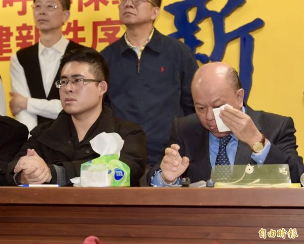 王炳忠與副主席李勝峰(右)講到激動之處時在會中落淚。(記者黃耀徵攝)