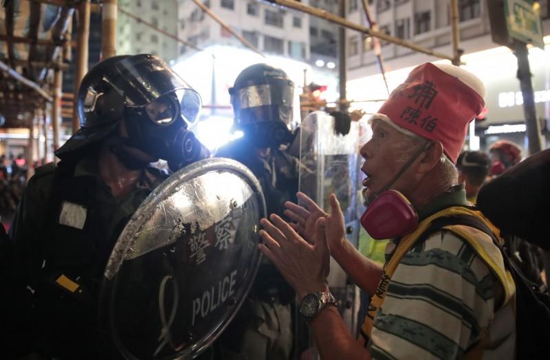 曾為反送中運動絕食、高齡73歲的「陳伯」陳基裘到場勸警察。(美聯社)