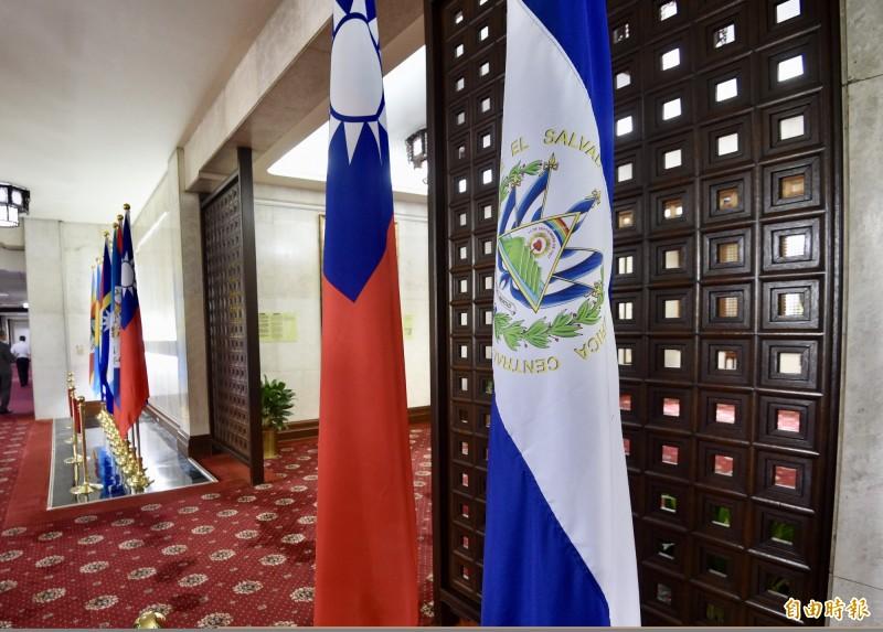 圖為薩爾瓦多國旗(右一)與我國國旗。(資料照)