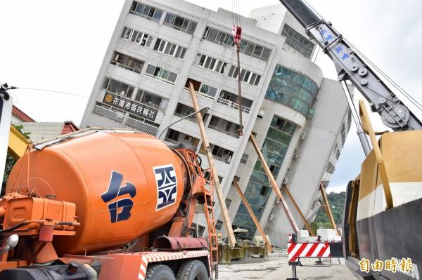 雲門翠堤大樓持續傾斜,下午緊急暫停搜救,先進行加固。(記者張議辰攝)