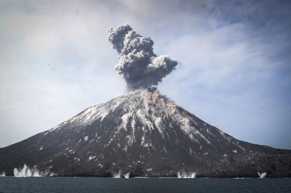 因喀拉喀托之子(見圖)火山爆發,印尼巽他海峽昨9點30左右發生海嘯,造成嚴重死傷。(歐新社)