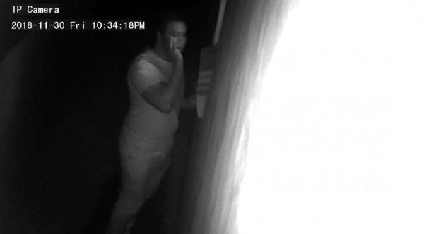 澳洲雪梨日前發生一名變態男,在夜晚時偷窺一位女童就寢,所幸被及時發現,但最後仍讓變態男逃走;現在澳洲警方公開監視器畫面,呼籲民眾協助指認這位變態男。(圖擷取自NSW Police Force)