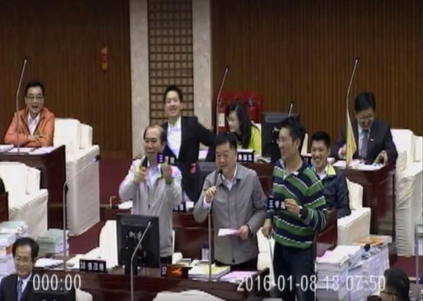 台下議員鬧成一團,王孝維幽默地說:「我姓王,叫王孝維,市政不能莊肖維、議會需要王孝維。」
