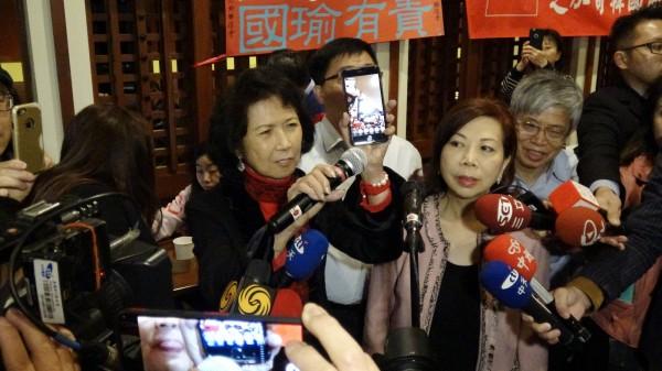 韓國瑜夫婦為了安撫韓粉,臨時以手機視訊方式與韓粉互動。(中央社)