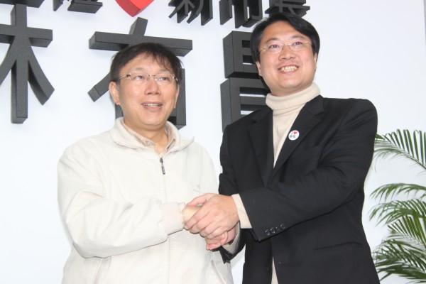 台北市長當選人柯文哲(左)拜會基隆市長當選人林右昌(右),表態支持林一貫主張的「南港-基隆」捷運線構想。(記者林欣漢攝)