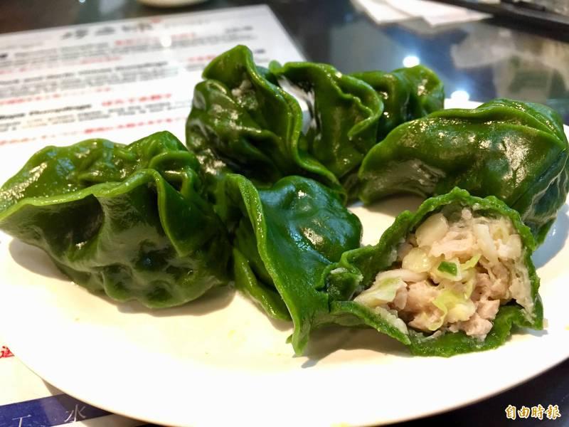 外表特殊的綠藻皮,連總統蔡英文都愛不釋手的「總統御用水餃」。(記者林秀豪攝)