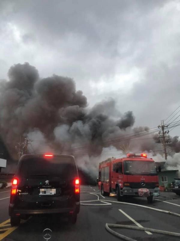 桃園國際機場附近發生大火,警消還沒說明起火原因。(圖擷取自爆料公社)