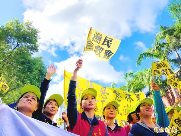 More than 2,000 distant water fishers from across Taiwan gathered yesterday in front of the Legislative Yuan in Taipei to protest an increase in Council of Agriculture fines following amendments to the Act for Distant Water Fisheries and two other major fisheries laws. Photo: CNA