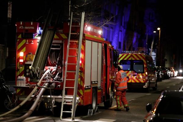 法國巴黎1棟大樓在當地時間今日凌晨時,發生嚴重大火,造成至少7人死亡、30人受傷。(法新社)