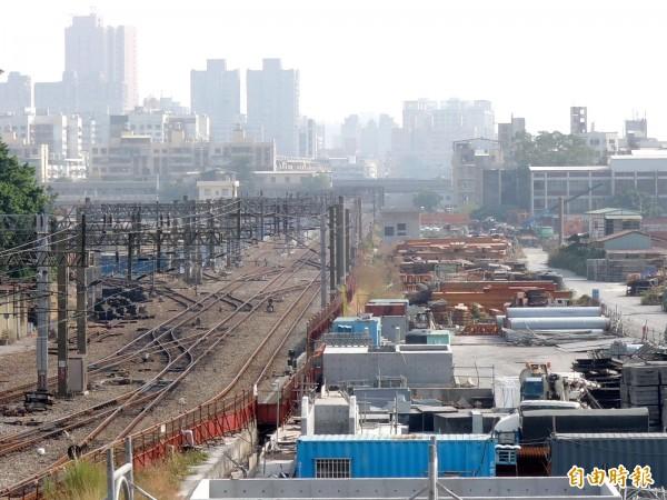 高雄鐵路地下化規劃在10月13日晚間切換軌道,14日凌晨正式通車,圖為施工場景。(資料照,記者王榮祥攝)