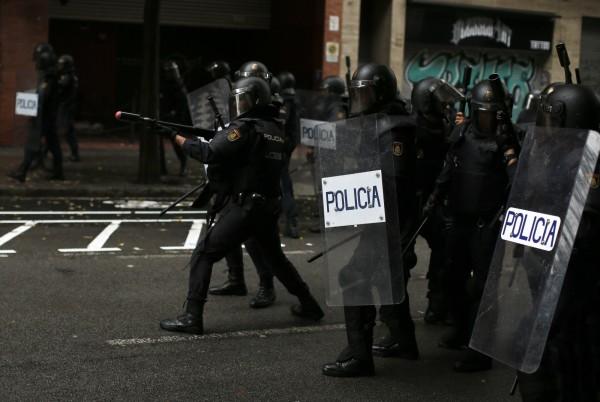 鎮暴警察發射橡膠子彈驅離阻礙民眾。(美聯社)