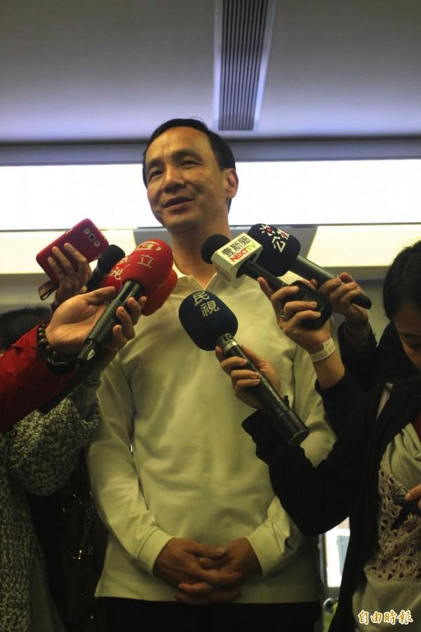 身兼國民黨主席的新北市長朱立倫,被媒體問到會不會成為馬英九2.0時,先是苦笑,然後沉默4秒鐘,才尷尬地說:「好,謝謝!」(記者賴筱桐攝)