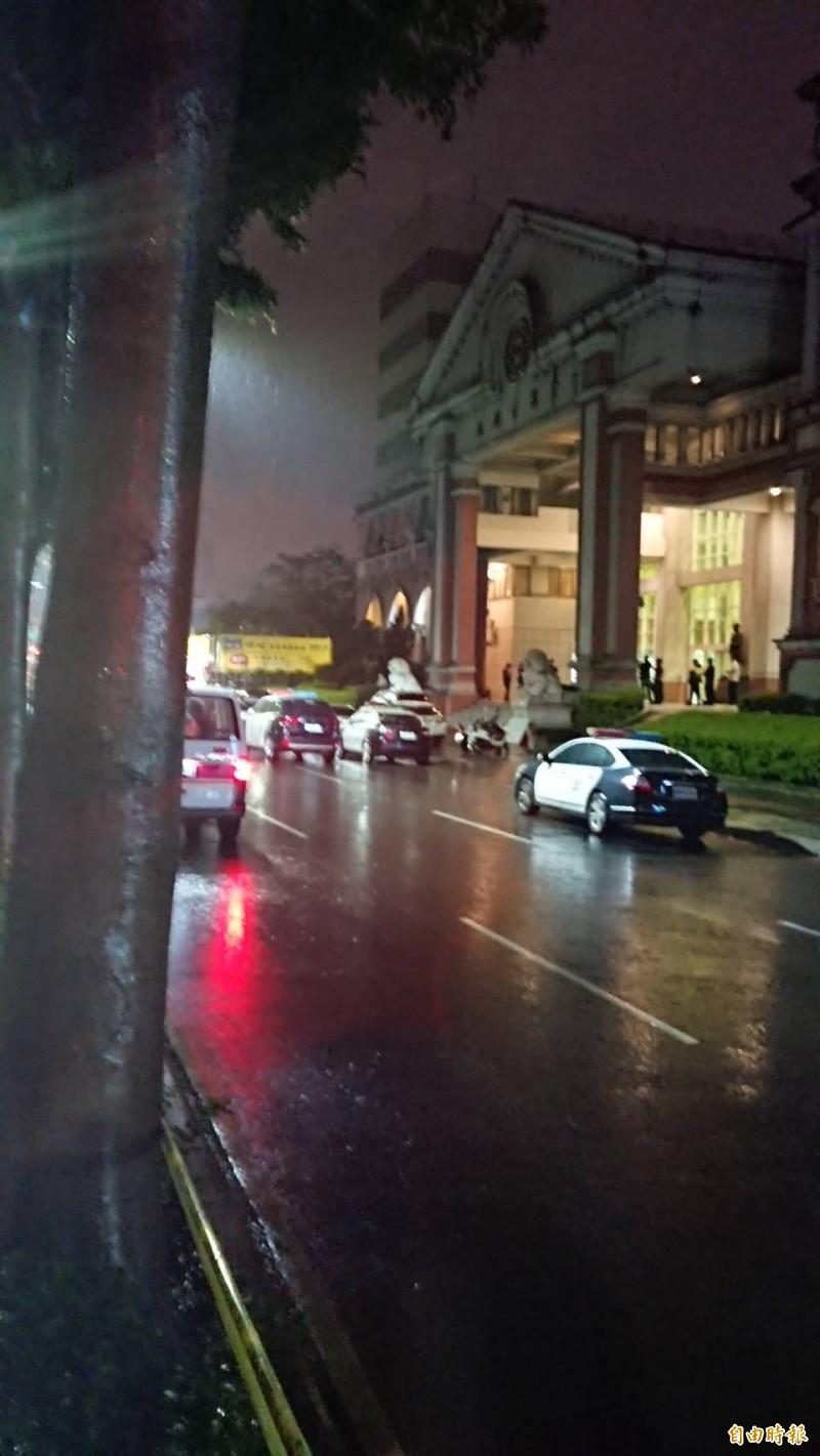 桃園市驚傳歹徒持槍彈挾持人質警匪對峙,地點鄰近市議會,議會前可見大批警力集結。(記者曾德峰攝)