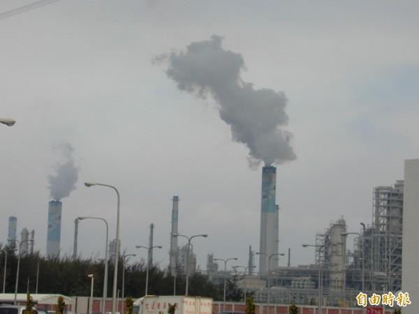 雲林縣10日公告規定1年後縣內產業不得使用石油焦、2年後不得使用生煤;環保署今證實將於下週三召開會議討論是否備查。(資料照,記者林國賢攝)