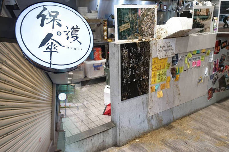 北市餐廳「保護傘」中午突遭人潑雞糞,櫃台、餐具滿是雞糞。(本報合成)
