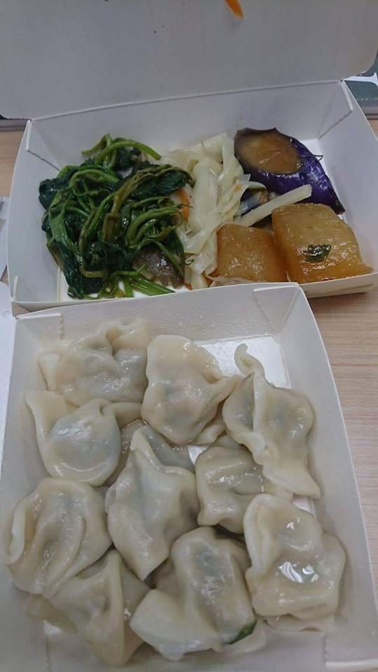 林靜儀也透露,立法院小吃部的餐點4樣菜加10粒水餃只要80元。(圖擷取自林靜儀臉書)