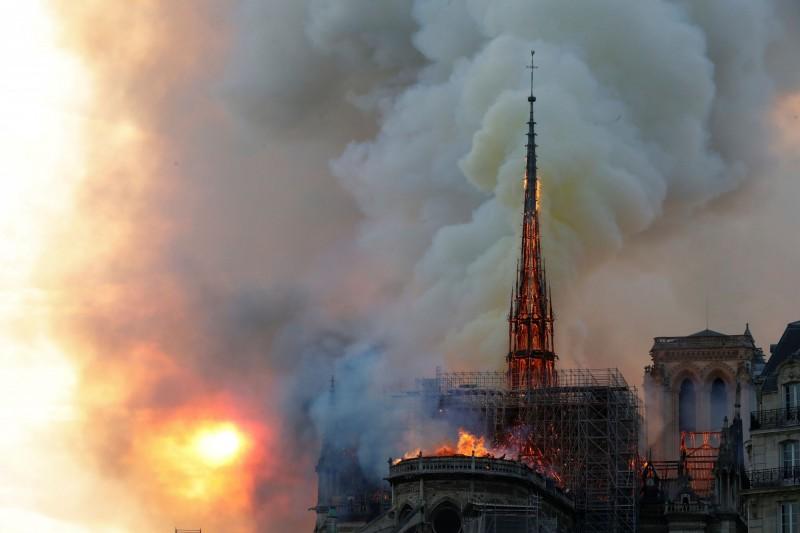 塔頂的「神聖風向雞」遭到大火襲擊。(法新社)