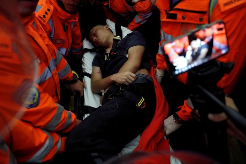 一名中國公安假扮成香港示威者混入,身上還帶著棍棒意圖不懷好意,被抓出後綑綁困在機場圍毆。(路透)