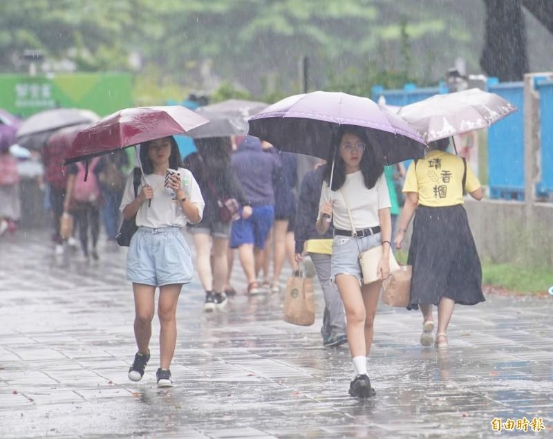 明受「塔巴」颱風的外圍雲系,以及東北風的影響,北部、東部地區天氣會更不穩定,而沿海地區也須留意強風、大浪的發生,海邊活動請注意安全。(資料照)