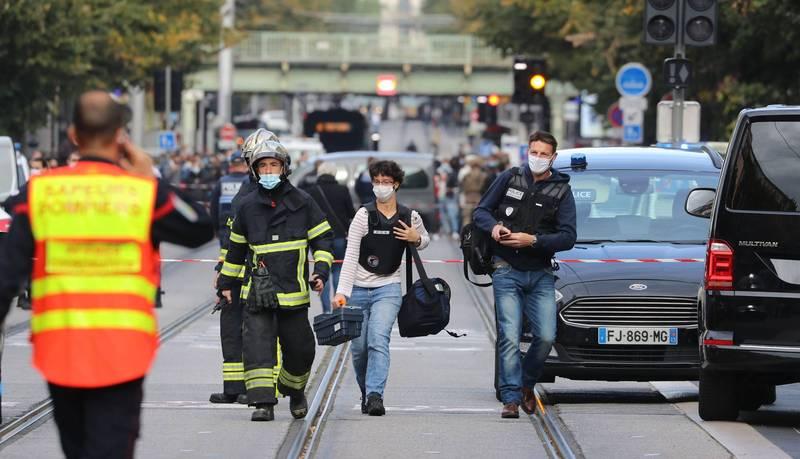 法國南部尼斯(Nice)當地時間29日上午9時左右,一名男子持刀攻擊聖母院教堂外的人群,目前累計3人死亡,多人受傷。(法新社)