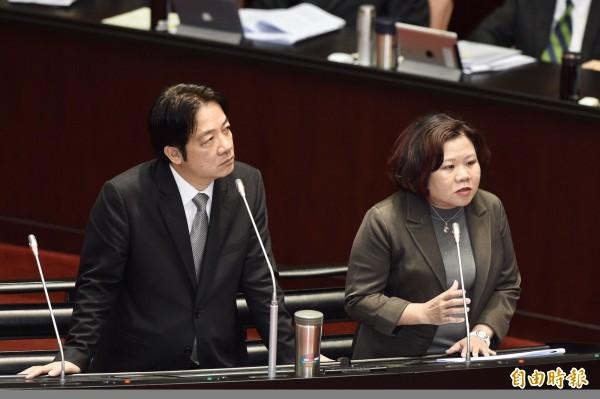 行政院長賴清德(左)、勞動部長許銘春(右)13日於立法院院會,針對最低工資法議題答覆立委質詢。(記者羅沛德攝)