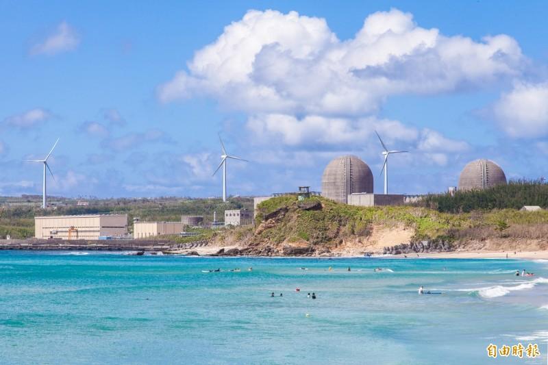 國際能源總署今日表示,核能是低碳電力來源,但因安全疑慮使發電比例下降,可能額外造成每年數十億噸的碳排產生,因此希望各國盡可能延長核能發電廠的服役時間。圖為台電核三廠。(資料照)