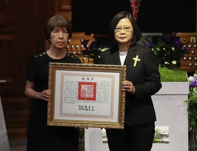 蔡英文總統親自頒贈褒揚令,由李登輝的女兒李安娜代表接受。(台北市攝影記者聯誼會提供)