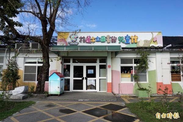 羅男大前年買汽油到兒童館,將汽油澆淋到吊掛於兒童館外牆的10盆蘭花盆栽,作勢點燃,最高法院日前判他有期徒刑3年10月確定。圖為花蓮市立圖書館兒童館。(資料照)