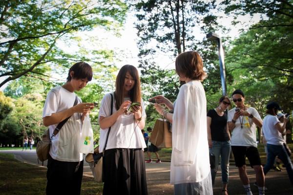 日本近日頻傳,有痴漢趁女性專心玩寶可夢失去警戒時,出手性騷得逞。(彭博社)
