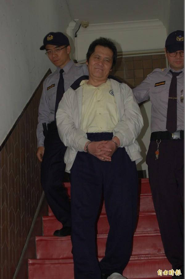 縱火燒死父母釀成六死四傷慘劇的翁仁賢,庭後被高院還押時,一度冷笑到上囚車。(記者楊國文攝)
