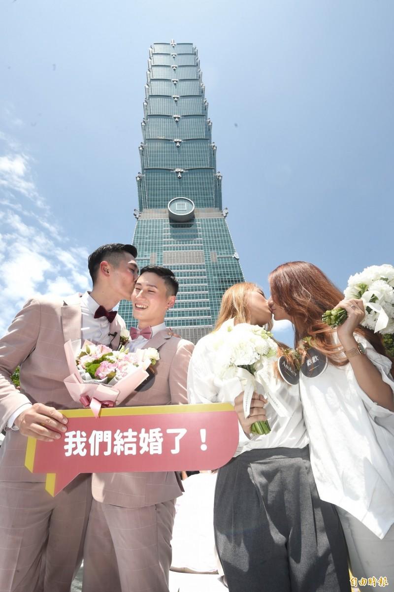 台北市政府在信義廣場舉辦戶外婚禮派對。(記者方賓照攝)